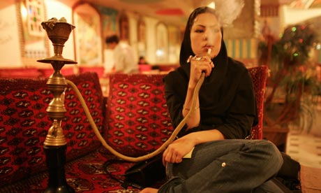 a. boulat-iranian-woman-smoking-wat-008
